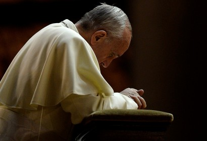 Pope Francis prays in Saint Peter square at the Vatican on September 7, 2013. Pope Francis has called for a global day of fasting and prayer on Saturday for peace in Syria and against any armed intervention.  AFP PHOTO / Filippo MONTEFORTE